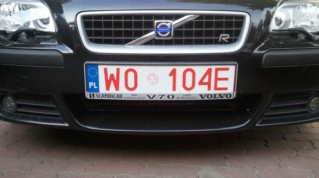 Jeśli upłynął już okres, na jaki zostały wydane tymczasowe tablice rejestracyjne, mundurowi mają prawo zatrzymać dowód rejestracyjny podczas kontroli policyjnej. /Motor