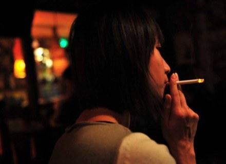 Jeśli w czasie ciąży palisz papierosy, narażasz dziecko na nowotwory w przyszłości /AFP