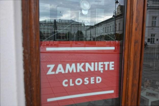 Jeśli w czwartek liczba nowych zakażeń koronawirusem przekroczy 25 tysięcy, to cała Polska objęta zostanie surowszymi restrykcjami: jak ustalił nieoficjalnie dziennikarz RMF FM Krzysztof Berenda, taki jest w tej chwili plan rządu /Radek  Pietruszka /PAP