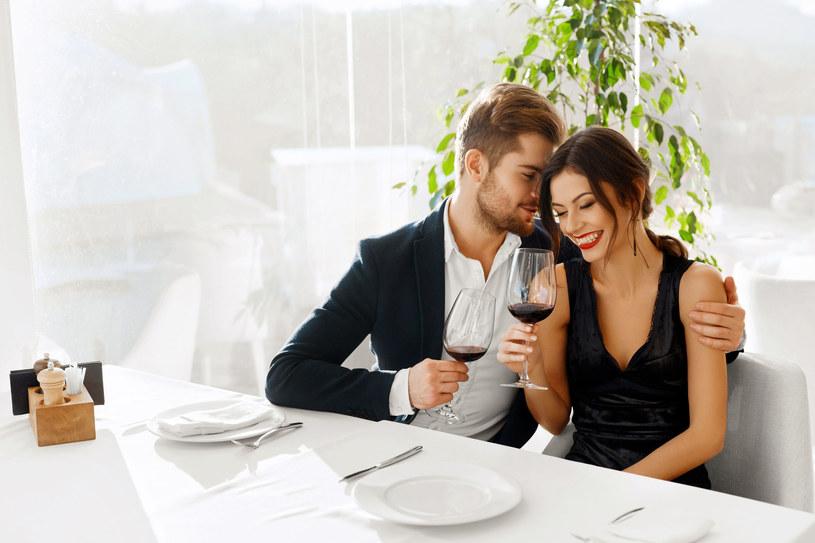Jeśli w stresie zdarza ci się częściej sięgać po napój i już w ciągu kilku minut orientujesz się, że osuszyłaś już cały kieliszek wina, lepiej uważaj /123RF/PICSEL