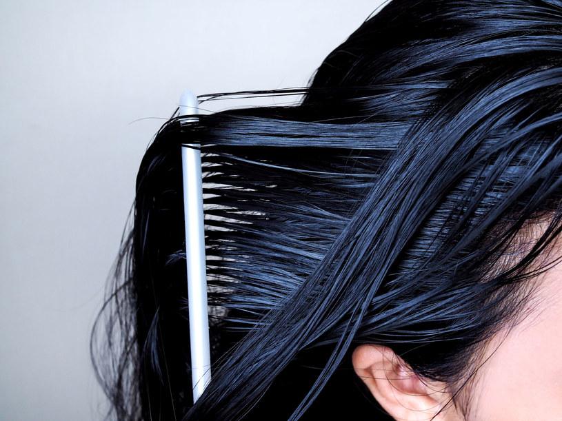 Jeśli włosy są cienkie, lepiej przed nałożeniem olejku zmoczyć je /123RF/PICSEL