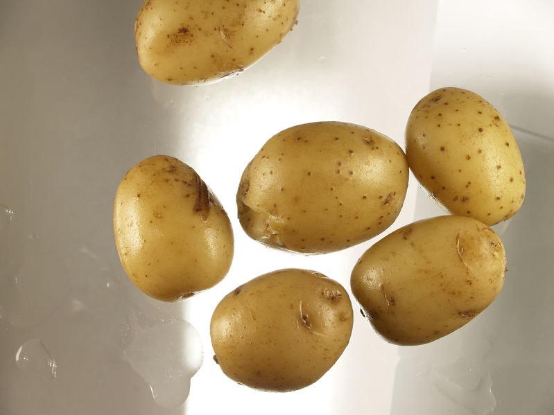 Jeśli zależy nam na optymalnym wykorzystaniu wartości odżywczych i leczniczych, gotujmy ziemniaki w mundurkach /123RF/PICSEL