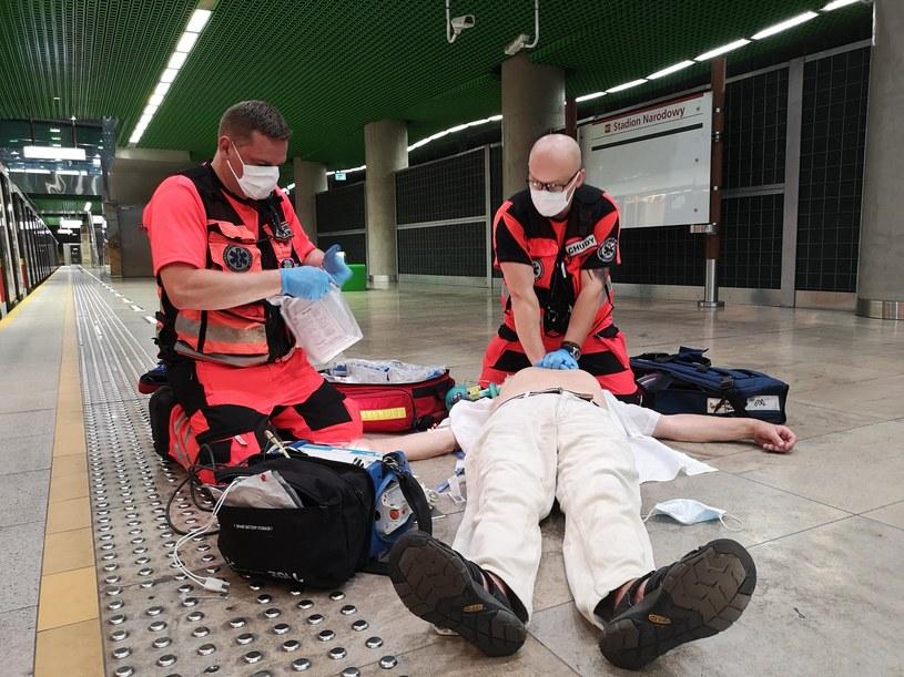 """Jeśli zauważymy, że ktoś stracił przytomność, musimy natychmiast udzielić takiej osobie pierwszej pomocy - liczy się czas /Wojewódzka Stacja Pogotowia Ratunkowego i Transportu Sanitarnego """"Meditrans"""" SP ZOZ w Warszawie /materiały prasowe"""