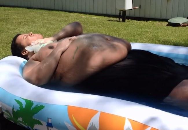 Jesse podczas kąpieli w baseniku dla dzieci /materiały prasowe