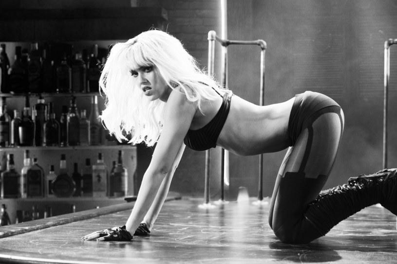 """Jessica Alba w najsłynniejszej kinowej roli w filmie """"Sin City - MIasto grzechu"""" /Collection Christophel / RnB Demarest Films / Aldamisa Entertainment / Miramax Films / Solipsist Film / Troublemaker Studios / Metropolitan Film /East News"""