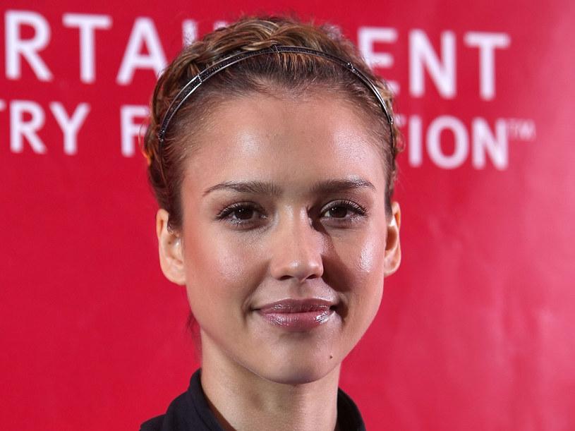Jessica z opaską i warkoczykami  /Getty Images/Flash Press Media