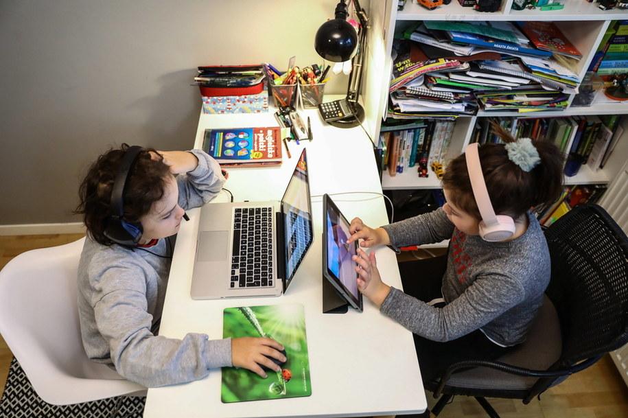 Jest bardzo prawdopodobne, że dzieci wciąż będą uczyć się zdalnie /Rafał Guz /PAP