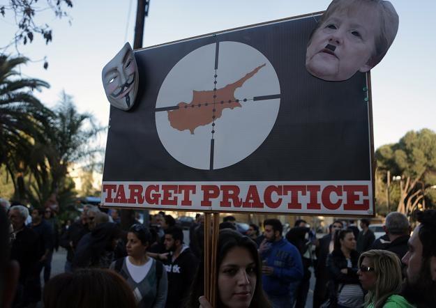 Jest jasne co demonstranci uważają o Angeli Merkel, kanclerz Niemiec /AFP