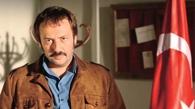 """Jest nie tylko aktorem, ale i muzykiem. Jako Ibrahim sam grał na skrzypcach we """"Wspaniałym stuleciu"""". Udziela się też w kapeli rockowej Büyük Ev Ablukada /Kurier TV"""