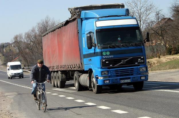 Jest rzesza rowerzystów, która jeździ prawidłowo i ma przy tym na tyle oleju w głowie, aby nie próbować swoich sił w starciu z kilkuset kilogramowym (lub częściej, kilkutonowym) samochodem /Reporter