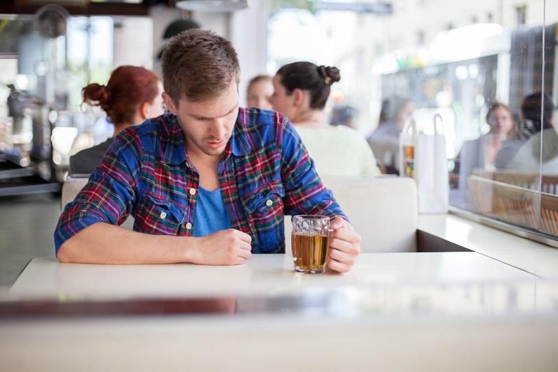 Jest sporo ludzi, którzy panicznie boją się pustych kufli po piwie! /123RF/PICSEL