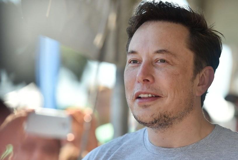 """""""Jest wielu ludzi, szczególnie w USA, którzy są żarliwymi przeciwnikami samochodów elektrycznych i odnawialnych źródeł energii. Trudno racjonalnie z nimi dyskutować"""" /East News"""