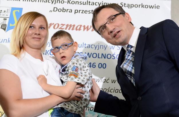 """""""Jest wśród nas wiele takich dzieci, które dużo bardziej potrzebują tych pieniędzy"""" - mówił Ziobro /Rafał Guz /PAP"""