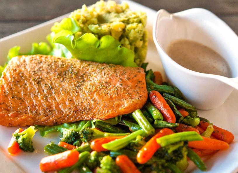 Jesteś na diecie? W restauracji zamów rybę! /123RF/PICSEL