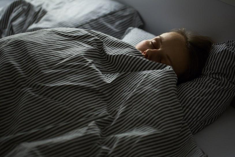 Jesteś zmęczona,   podsypiasz w dzień, boli Cię szczęka, głowa albo plecy? Zapytaj męża,   czy nie zgrzytasz zębami przez sen... /123RF/PICSEL