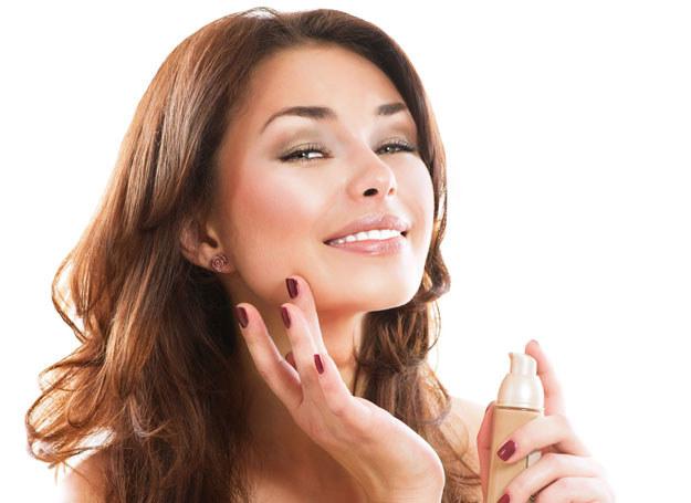 Jesteś zmęczona? Zrób odpowiedni makijaż, a zamaskujesz brak snu i przepracowanie /123RF/PICSEL