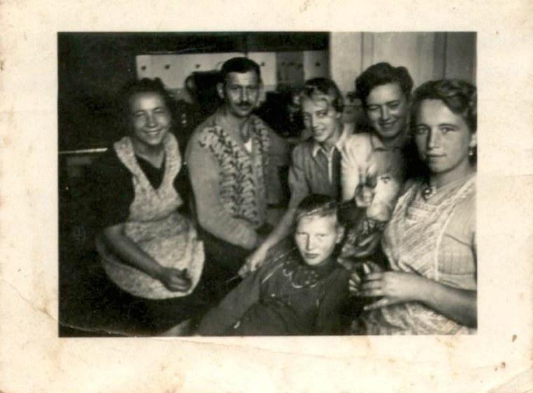 """""""Jesteśmy w naszej kuchni. Jestem ja, nasz bufetowy, nasza panna Hani Niemka, później nasza koleżanka Ala, Zosia i Kazia"""" /Archiwum prywatne Piotra Janiaka /"""
