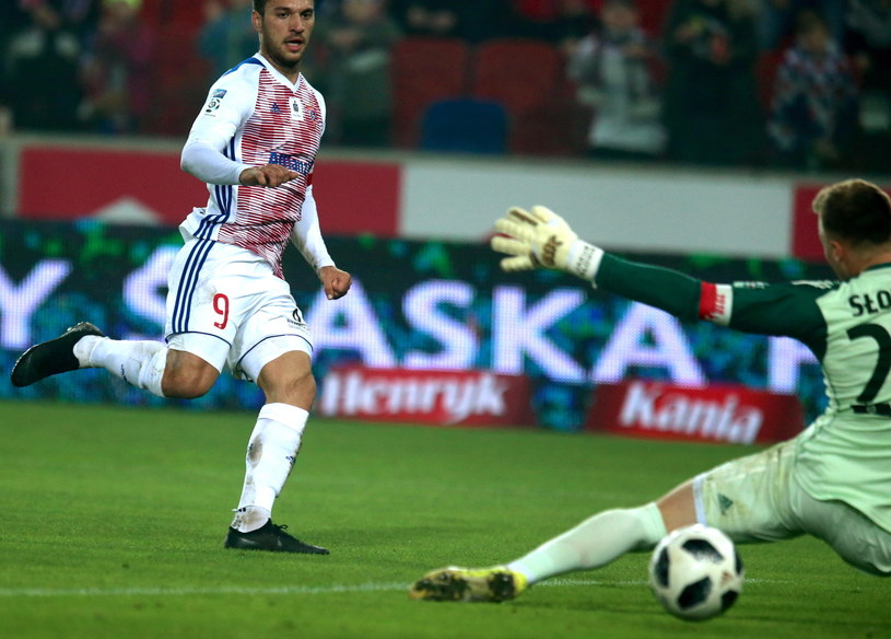 Jesus Jimenez strzela gola dla Górnika /Andrzej Grygiel /PAP