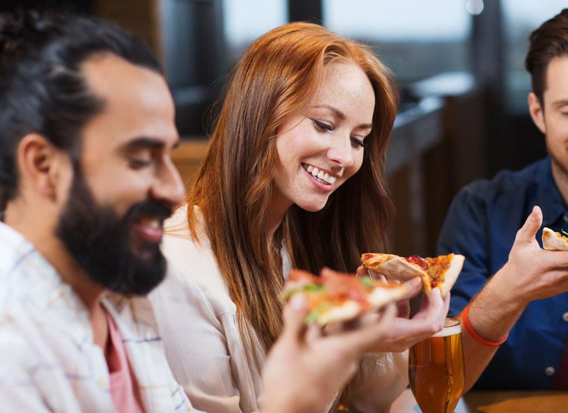 Jesz pizzę w towarzystwie Włochów? Uważaj, by nie popełnić gafy! /123RF/PICSEL