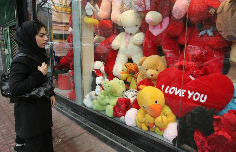 Jeszcze kilka lat temu przed Walentynkami tak wyglądały wystawy sklepowe w Teheranie /AFP