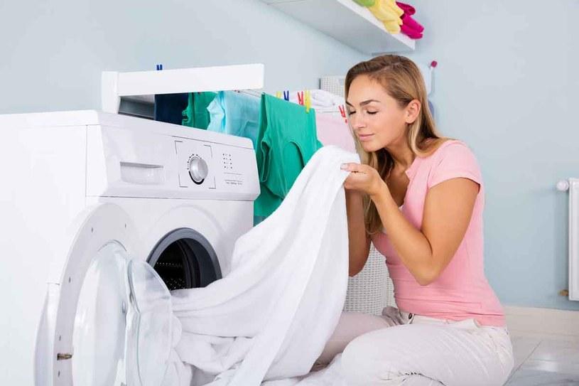 Jeszcze przed rozpoczęciem prania możesz nałożyć na zabrudzenia odplamiacz i chwilę   odczekać. Dopiero potem  razem z detergentem włóż odzież lub bieliznę  do pralki. /123RF/PICSEL