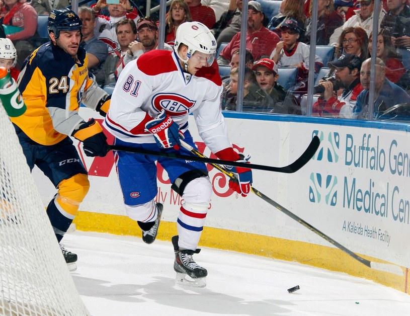 Jeszcze rok temu Zenon Konopka (z lewej) walczył w NHL (tu z Larsem Ellerem z Montreal Canadiens). Od piątku zacznie grać na lodowiskach Polskiej Hokej Ligi. /AFP