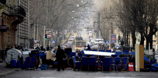 Jeszcze wczoraj na ulicach Lwowa pojawiały się barykady. Dziś życie wróciło do normy /Darek Delmanowicz /PAP