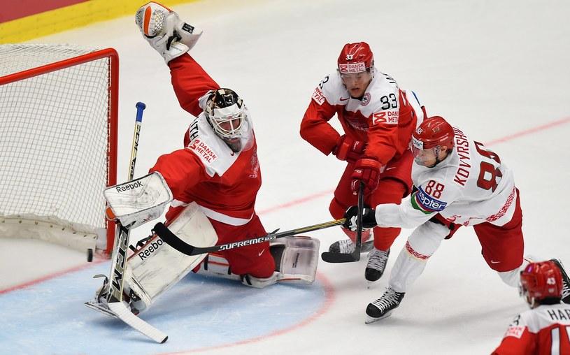 Jewgienij Kowyrszyn strzela gola dla Białorusi w meczu z Danią /AFP