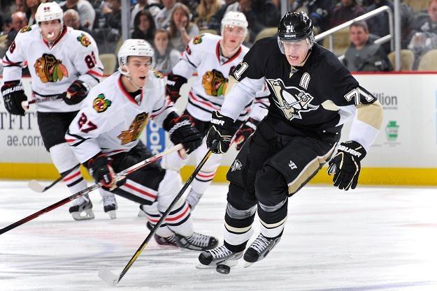 Jewgienij Małkin (czarny strój) z Pittsburgh Penguins /AFP