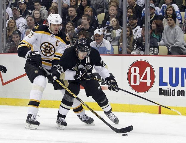 Jewgienij Małkin (z prawej, Penguins) w walce ze Zdeno Charą (Bruins) /AFP