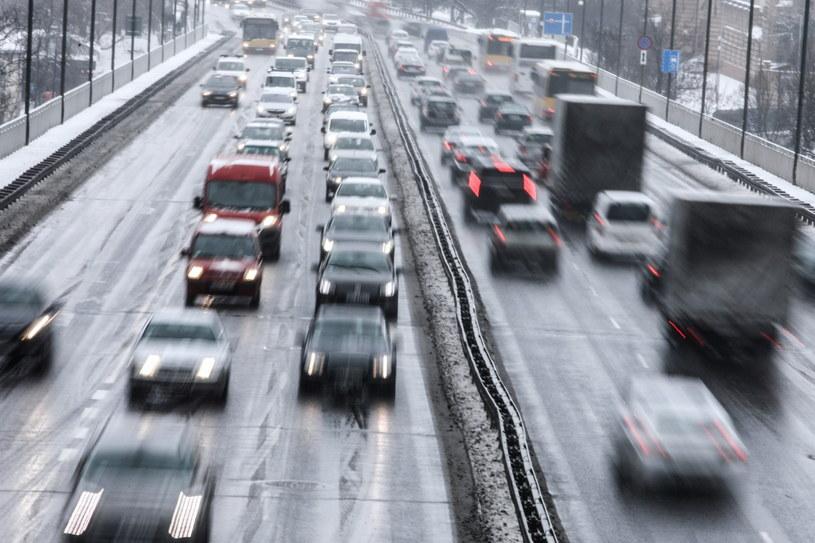 Jezdnie w całym kraju mogą być śliskie / Leszek Szymański    /PAP