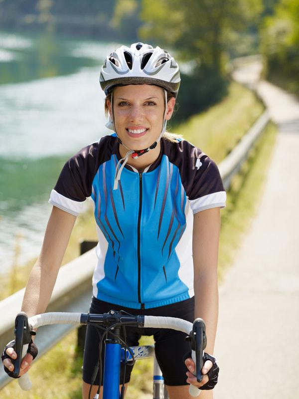 Jeżdząc na rowerze nie zapomnij o rękawiczkach i kasku  /© Panthermedia
