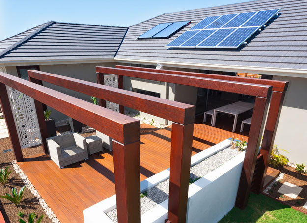 Jeżdżąc po Polsce coraz częściej natrafiamy na widok kolektorów słonecznych, turbin wiatrowych, zapór wodnych (w których energię wody przetwarza się na energię elektryczną). Moda na ten sposób oszczędzania dotarł również do wielu polskich domów, rodziny coraz częściej decydują się na tego typu rozwiązania, głównie ze względu na niższe koszty eksploatacji. /123RF/PICSEL