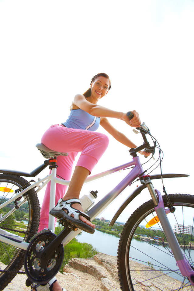 jeżdżenie rowerem w plenerze /© Photogenica