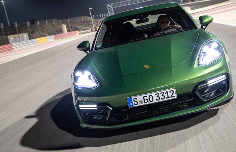 Jeżdzimy m.in przy sztucznym oświetleniu po słynnym z wyścigów F1  Bahrain International Circuit /