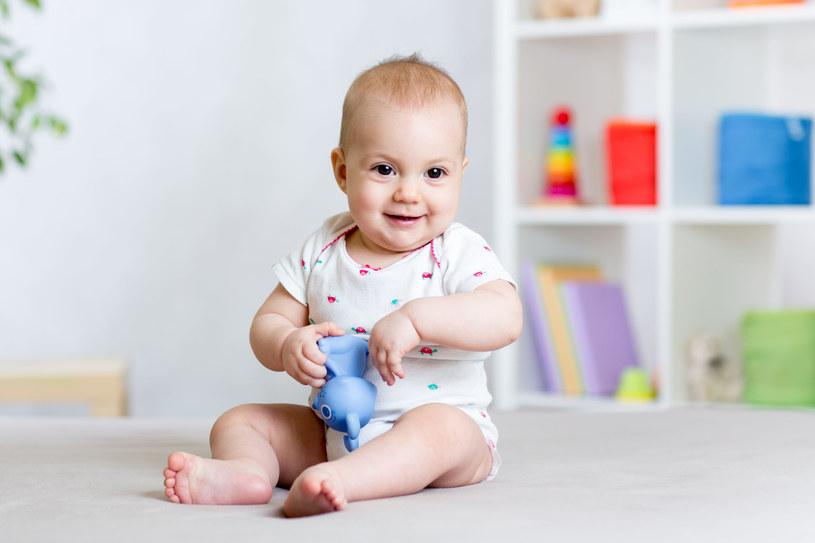Jeżeli będziemy przyspieszać rozwój dziecka, możemy negatywnie wpłynąć na jego późniejszą postawę /123RF/PICSEL
