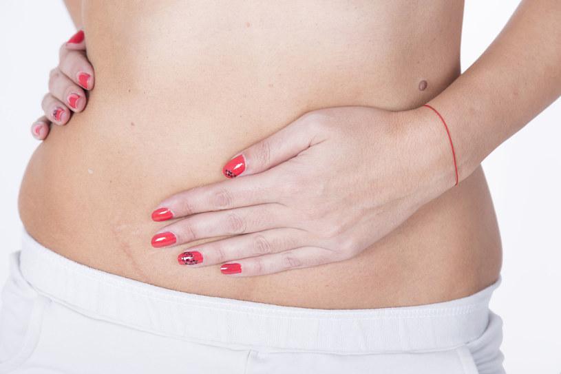 Jeżeli ból pojawi się pośrodku podbrzusza i zacznie przypominać skurcze miesiączkowe, jak najszybciej skontaktuj się z ginekologiem /123RF/PICSEL