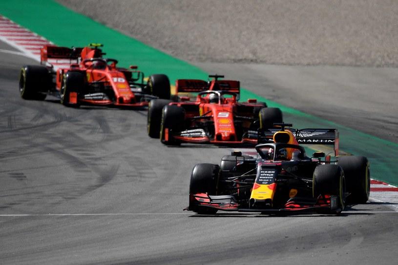 Jeżeli nic się nie zmieni, Scuderię Ferrari czeka bój o drugie miejsce z Red Bullem, a nie walka o mistrzowski tytuł /AFP