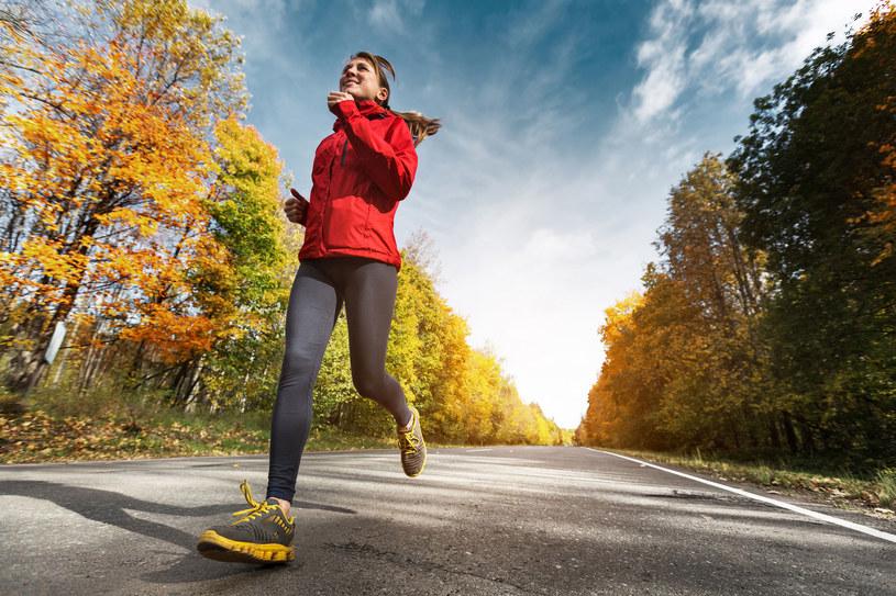 Jeżeli nie możesz biegać spaceruj. Zrób minimum dwa kilometry dziennie /123RF/PICSEL
