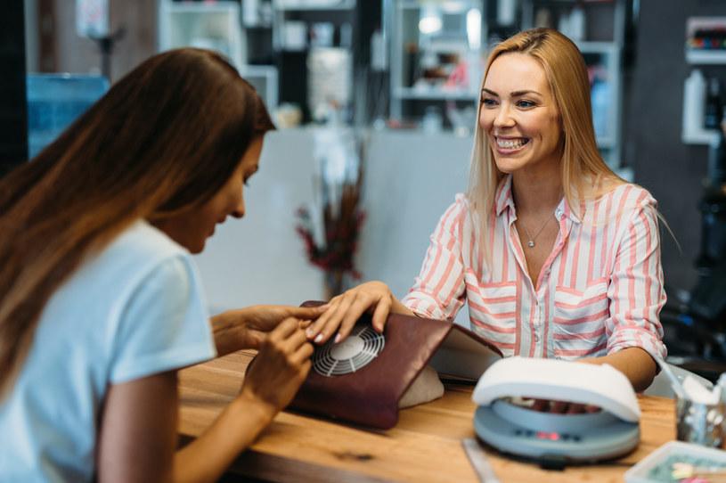 Jeżeli po przerwie spotkasz się ze stylistką paznokci, zwróć uwagę na odżywki /123RF/PICSEL