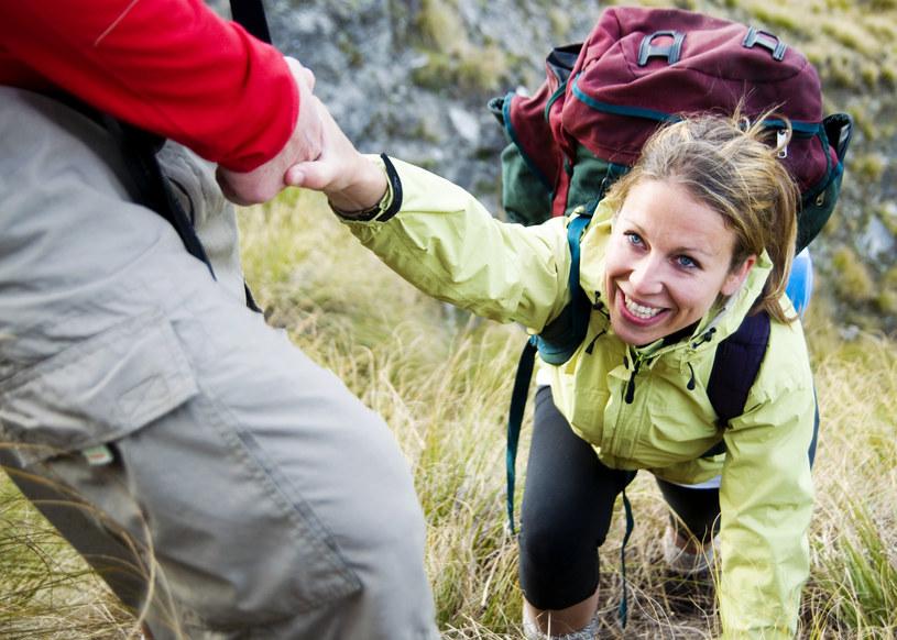 Jeżeli wybierasz się na wycieczkę w wysokie partie gór, warto zabrać ze sobą raki lub kijki /123RF/PICSEL