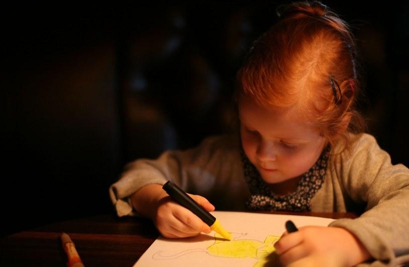 """""""Jeżeli zauważamy, że dziecko posiada zdolności specjalne, w tym zdolności plastyczne, to przede wszystkim nie powinniśmy mu przeszkadzać w swobodnej twórczości plastycznej"""" /123RF/PICSEL"""