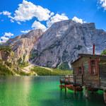 """Jezioro Lago di Braies to """"włoskie Morskie Oko"""". Kusi szmaragdową wodą!"""