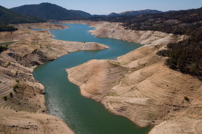 Jezioro Oroville w maju tego roku - lato jeszcze się wtedy nie zaczęło, a poziom jeziora był już o połowę niższy od średniego /PATRICK T. FALLON/AFP /East News