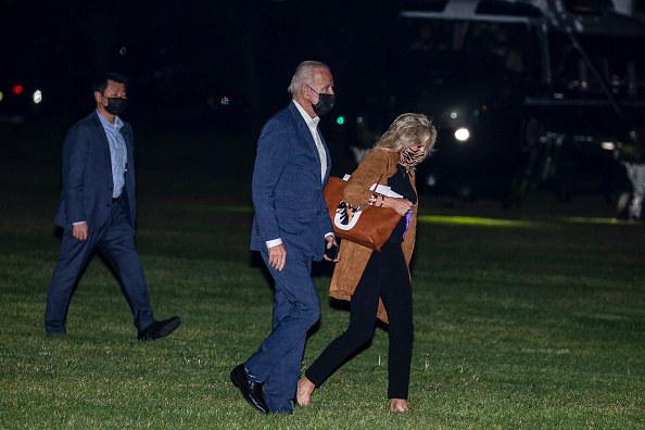 Jill Biden coraz częściej pokazuje się z torebką Valentino z portretami swoich ukochanych psiaków /Tasos Katopodis  /Getty Images