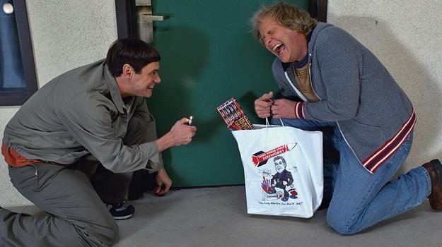 """Jim Carrey i Jeff Daniels w scenie z filmu """"Głupi i głupszy bardziej"""" /materiały dystrybutora"""