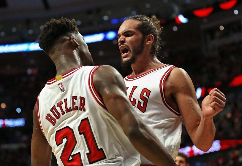 Jimmy Butler i Joakim Noah z Chicago Bulls /AFP