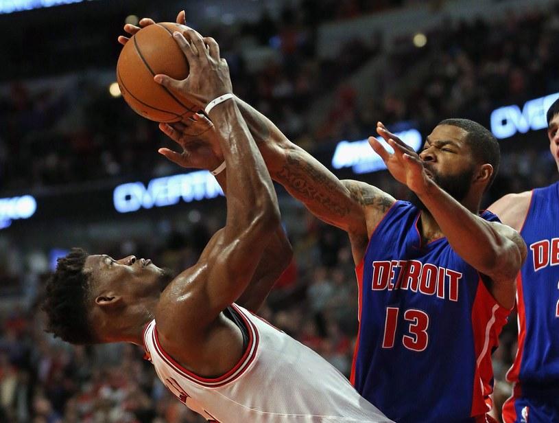 Jimmy Butler (Pistons) blokuje rzut Marcusa Morrisa (Bulls) /AFP
