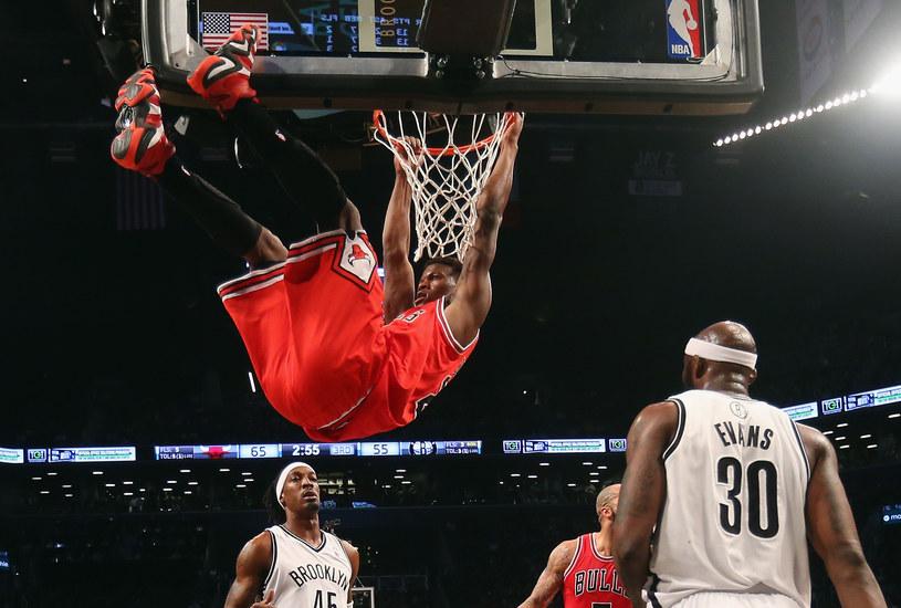 Jimmy Butler z Chicago Bulls w efektownej akcji /AFP