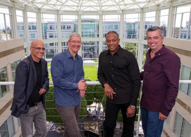 Jimmy Iovine, Tim Cook, Dr. Dre i Eddy Cue Źródło: macrumors.com /instalki.pl